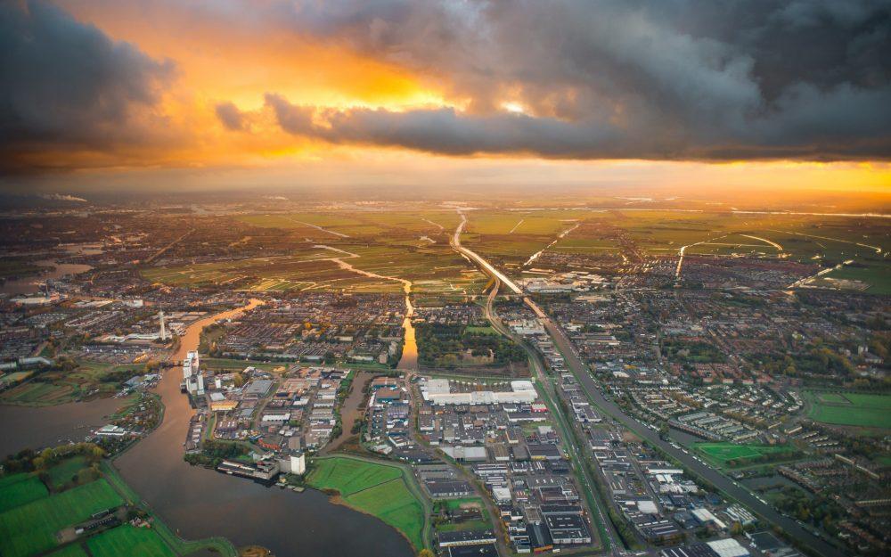 Vista aérea sobre paisagem urbana