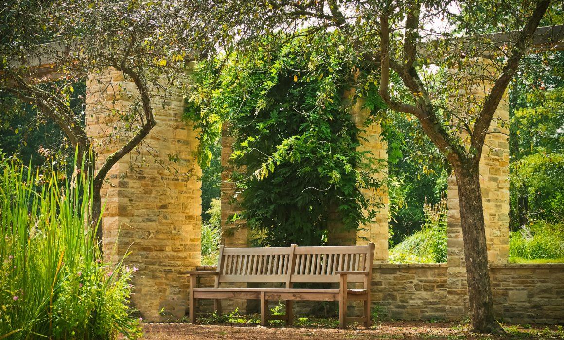Banco de jardim junto a muros de tijolo