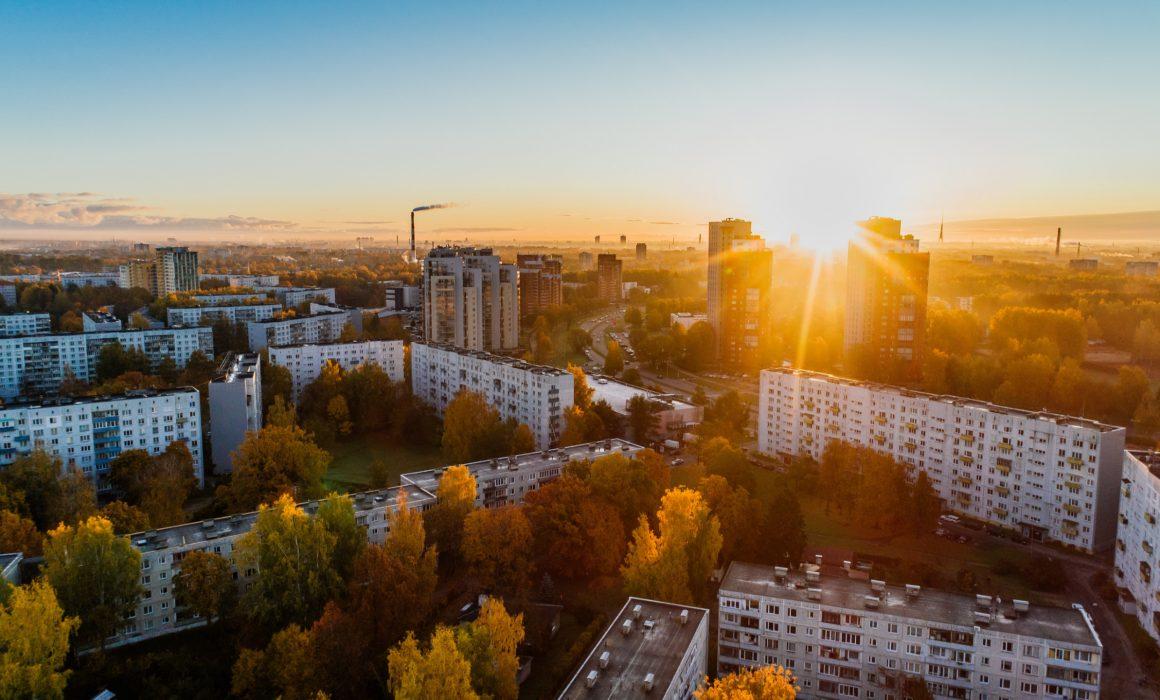 foto aérea sobre zona urbana durante o outono