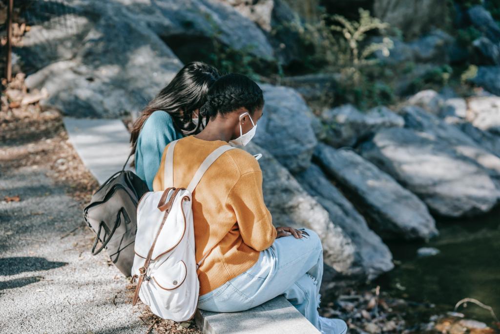 raparigas-sentadas-junto-a-agua